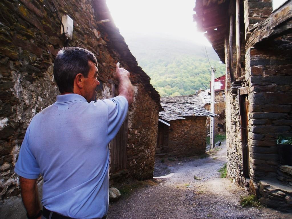 Juan Guerra, vecino de Cernego, señala donde irá el parque