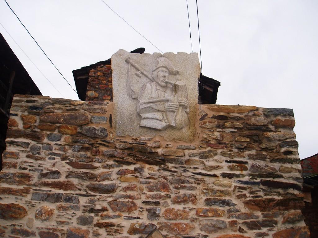 La imagen en piedra fue realizada por Rique Barreiro, artista y alcalde de Vilamartín
