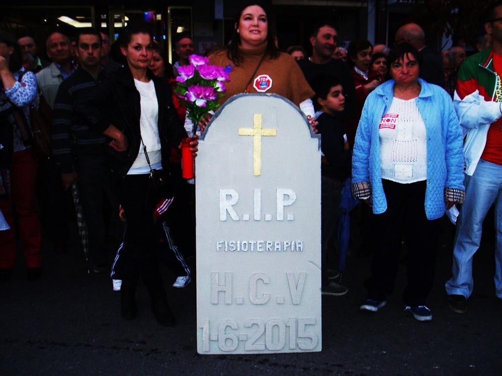 Pancarta en forma de lápida durante la manifestación de O Barco