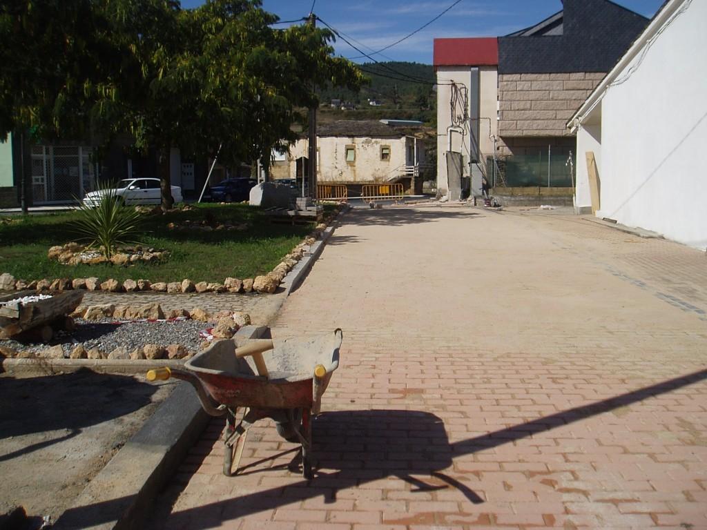 Tramo de las obras frente al Centro de Salud de Petín