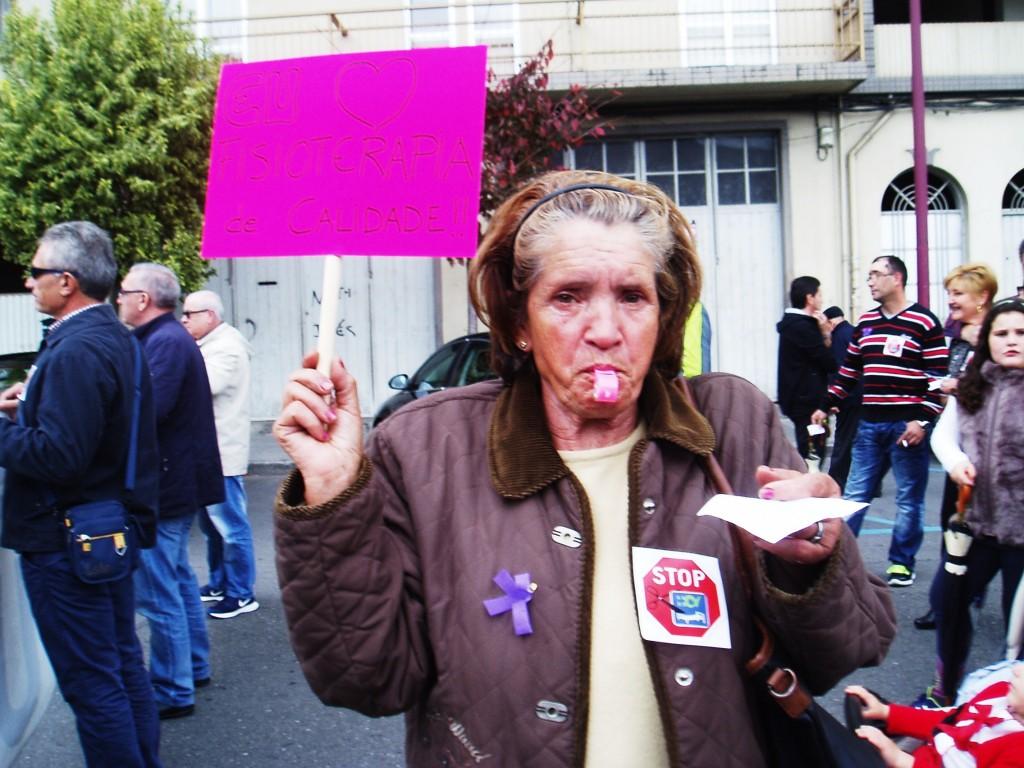 Vecina con chiflo y pancarta durante el recorrido