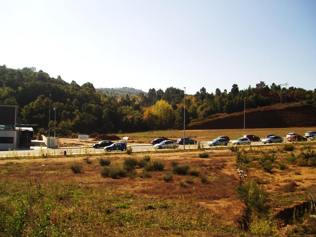 Coches estacionados en el polígono