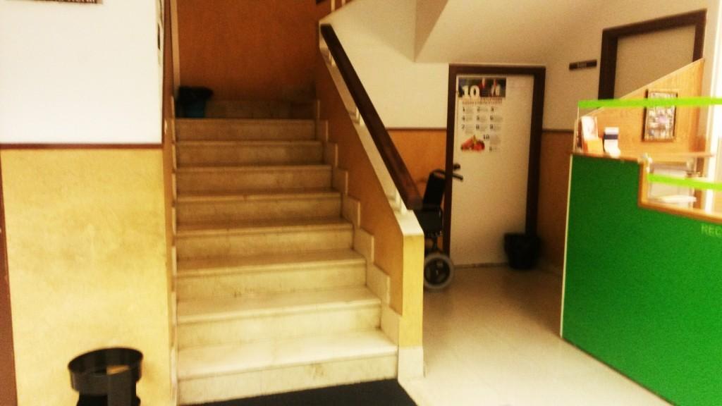 Escaleras de acceso a la primera planta del centro de salud de A Rúa