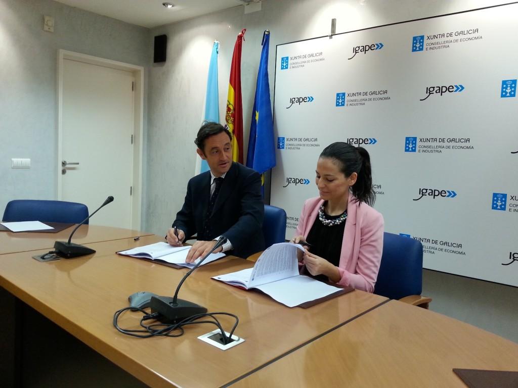 O director do Igape, Javier Aguilera, e a presidenta da Federación Galega de Xoves Empresarios, Carmen José López, asinan un convenio para impulsar programas de formación e asesoramento aos novos empresarios