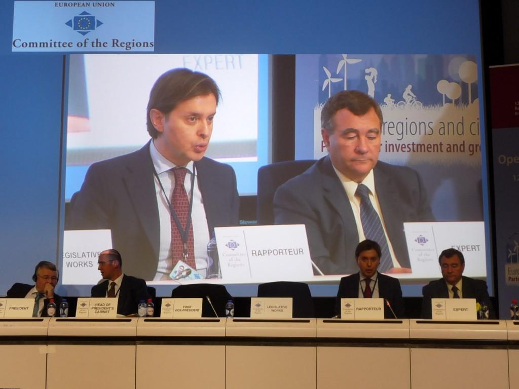 O director xeral de Relacións exteriores e coa UE, Jesús Gamallo, no pleno do Comité das Rexións (CdR). Acompáñao o director xeral de Pesca, Acuicultura e Innovación Tecnolóxica da Xunta, Juan Maneiro