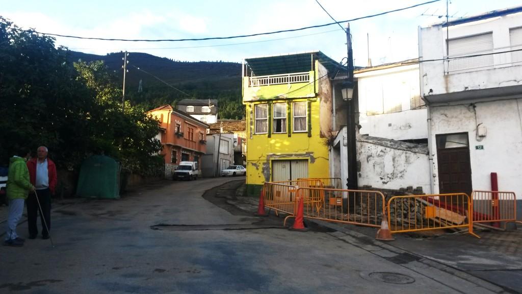 Obras en el cableado de Vilela y vista de los cables sobre el pueblo