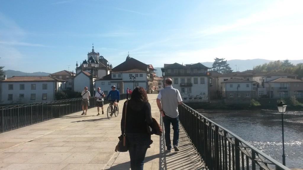 Vecinos de O Barco paseando por  el puente romano de Chaves
