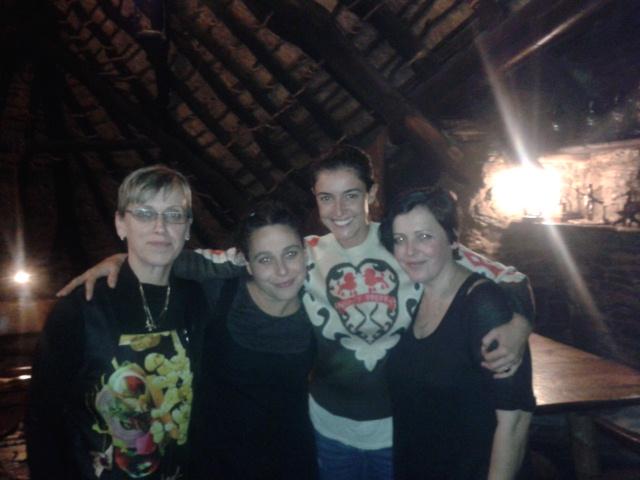 Blanca Romero posando amablemente con el personal de la Palloza de Cantejeira