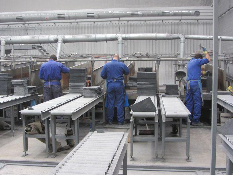 Operarios trabajando en la pizarrera donde se ha producido el trágico accidente laboral. Fuente: web de la empresa http://www.manadavieja.com/