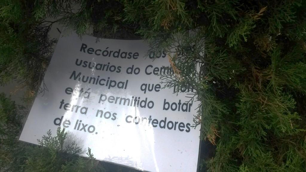 Advertencia  en el cementerio de O Barco  para que los vecinos no depositasen tierra en los contenedores
