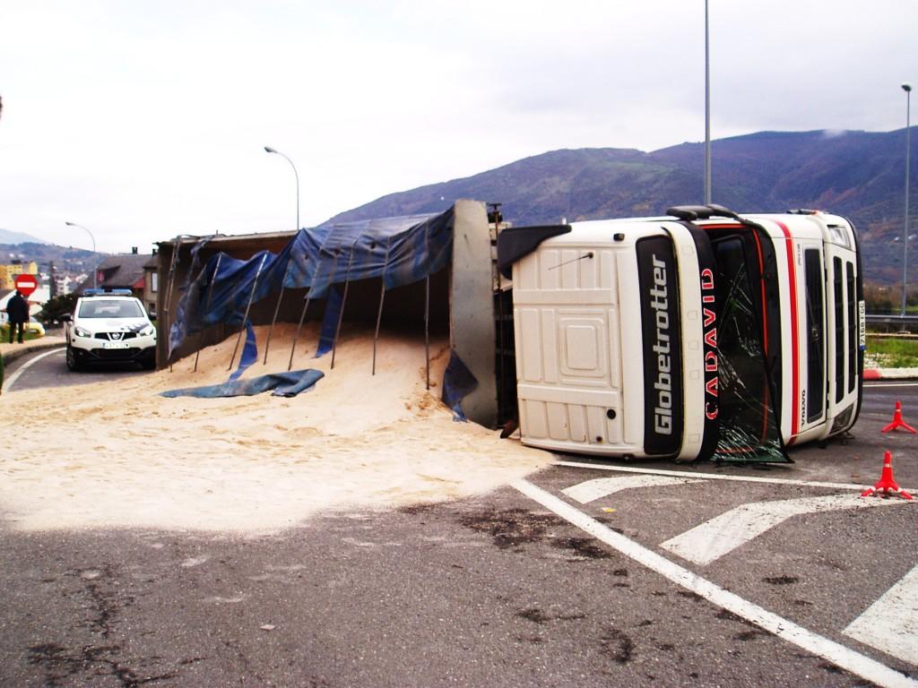 Arena vertida y y el camión volcado