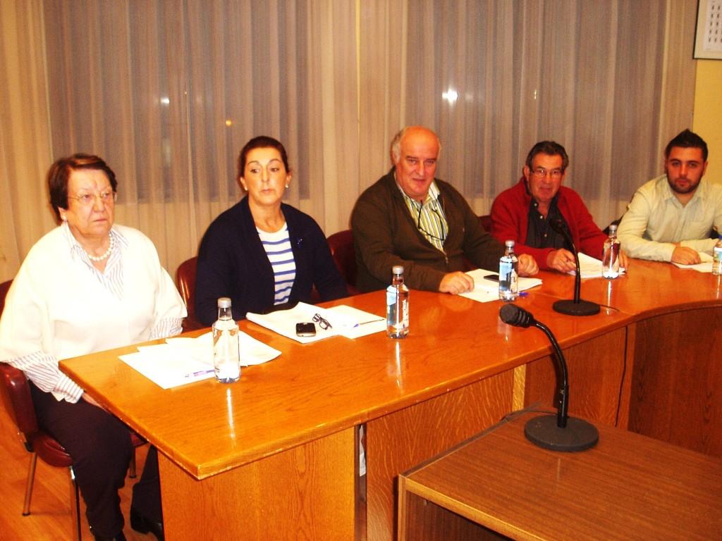 Avelino García Ferradal (PP) con su grupo, antes de empezar el pleno