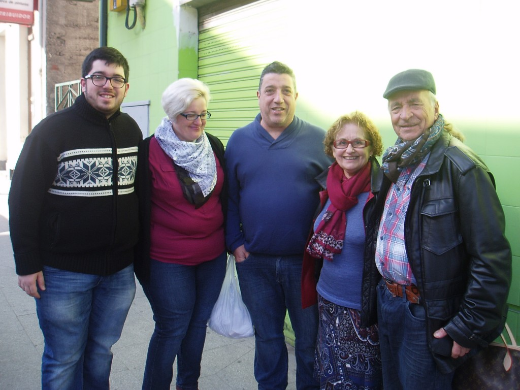 Casto Rodríguez, a la derecha, y su mujer, con amigos en la concentracíno