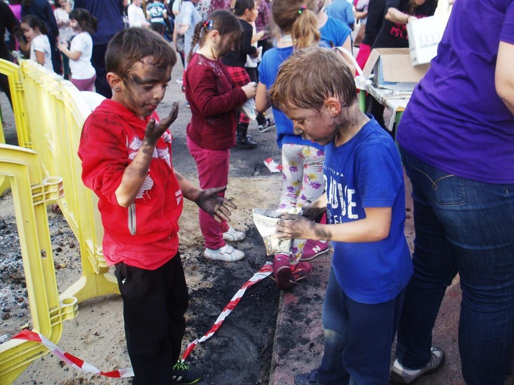 Dos niños se embadurnan con hollín