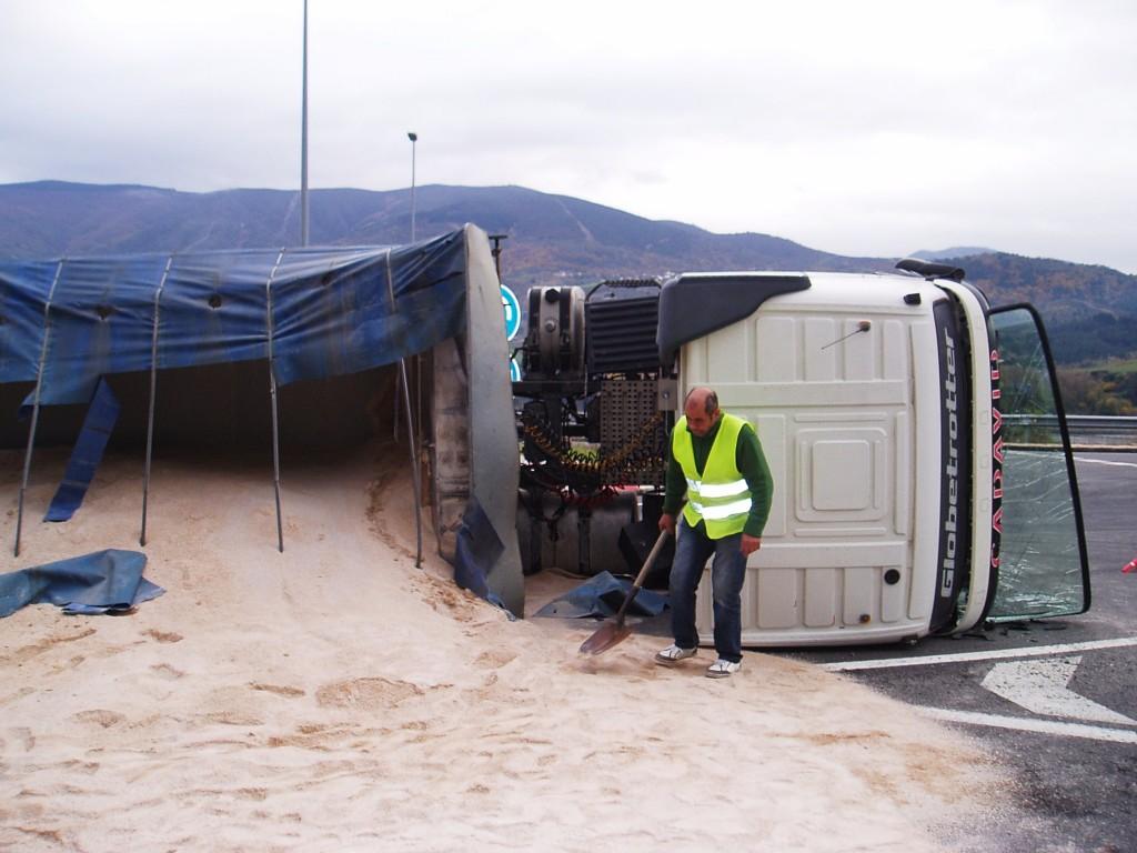 El conductor del camión con una pala