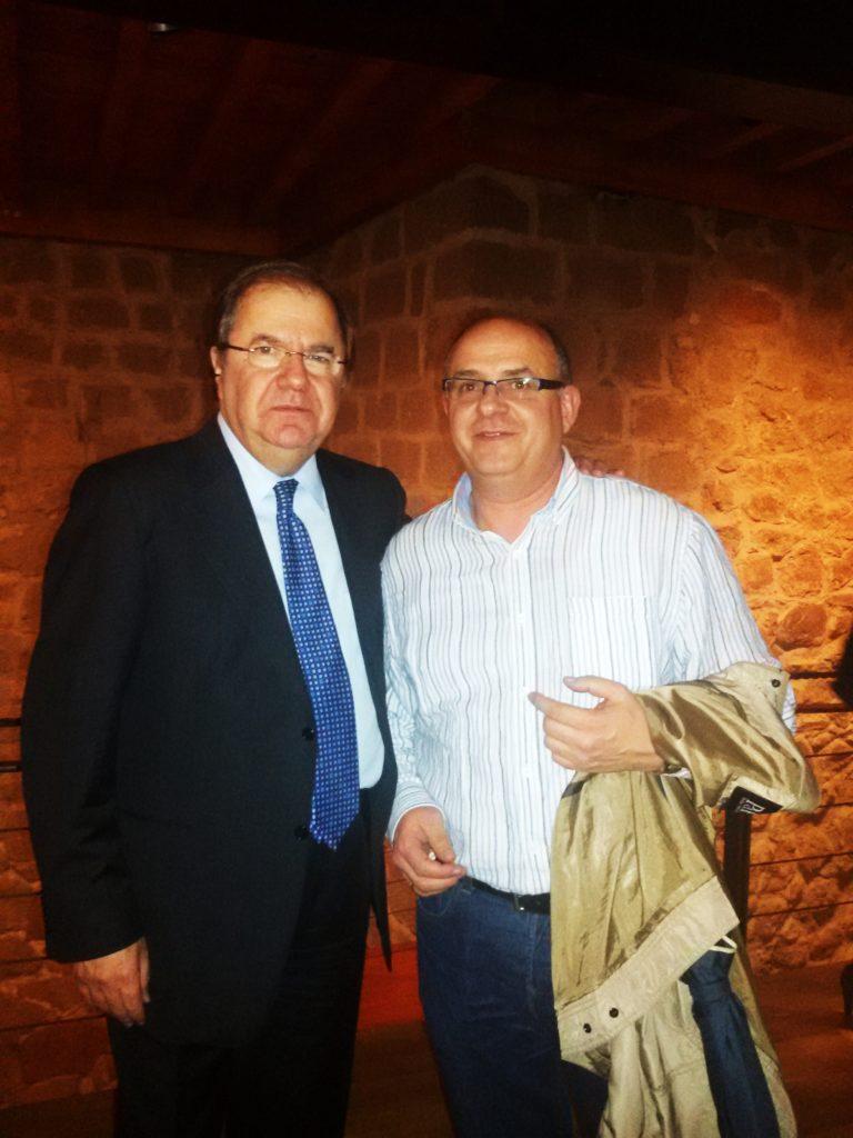 El presidente de la Junta de Castilla y León (a la izquierda) y Julio Ricarte, enólogo de la cooperativa de A Rúa