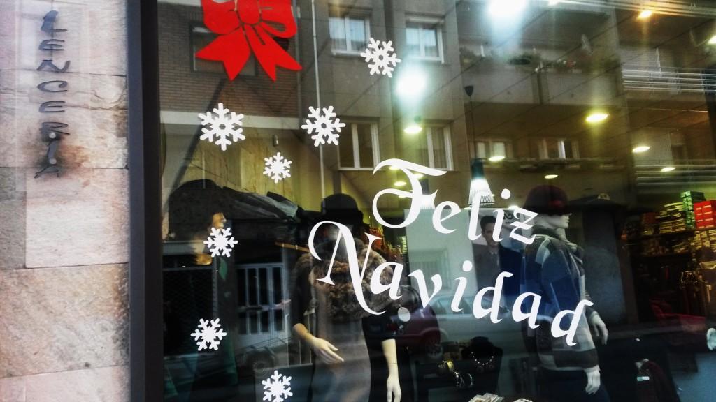 Escaparate de A Rúa ya adornado con motivos navideños