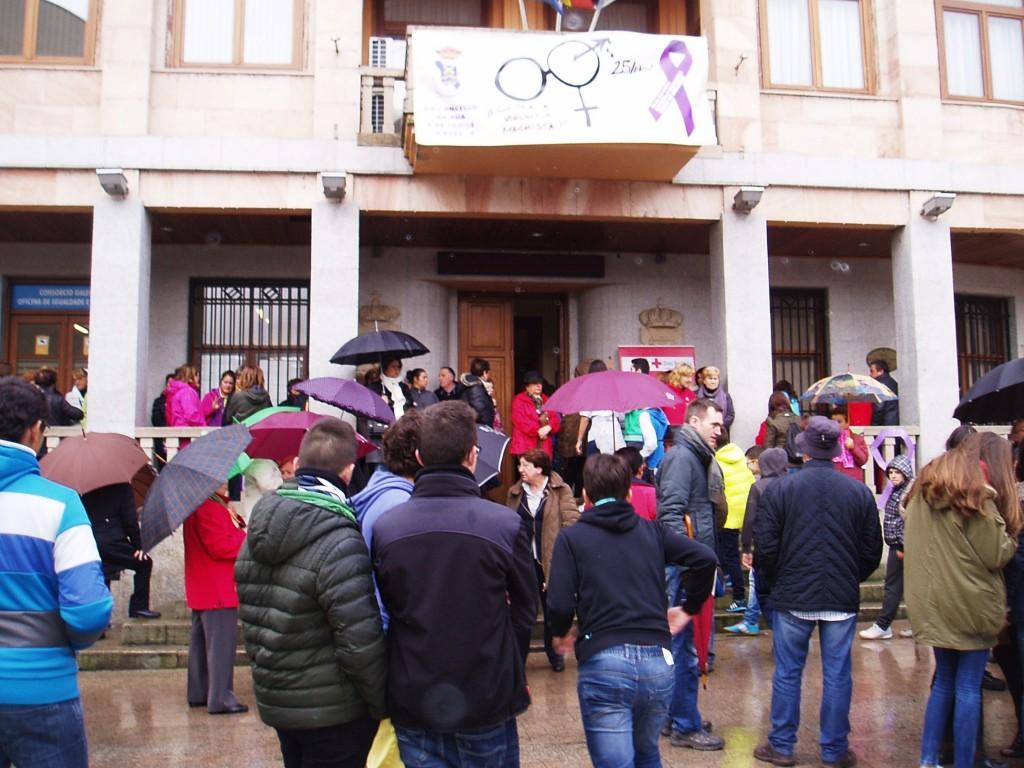 Escolares frente a la Casa Consistorial de A Rúa