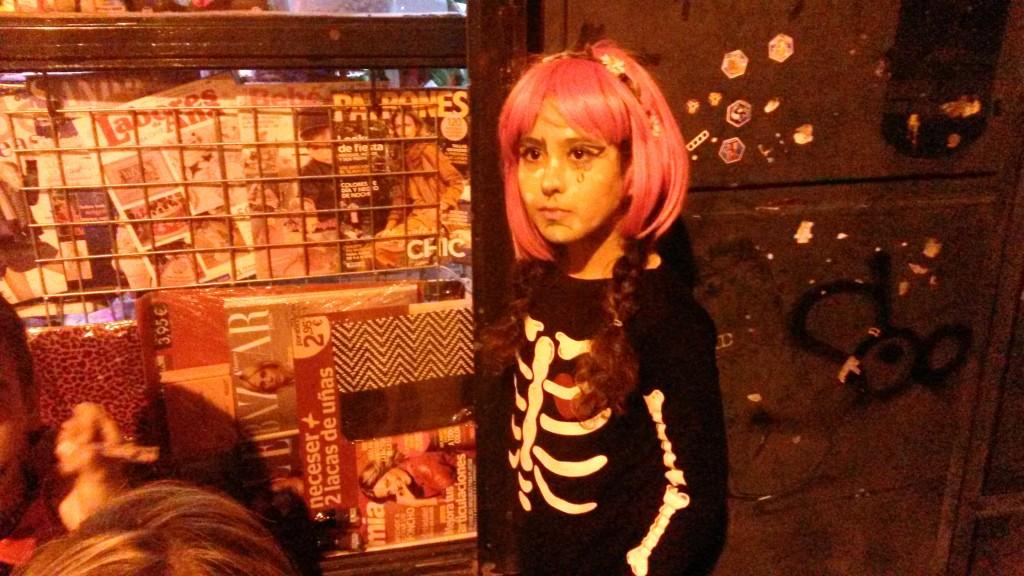 Esta niña escqueleto luce su peluca rosa