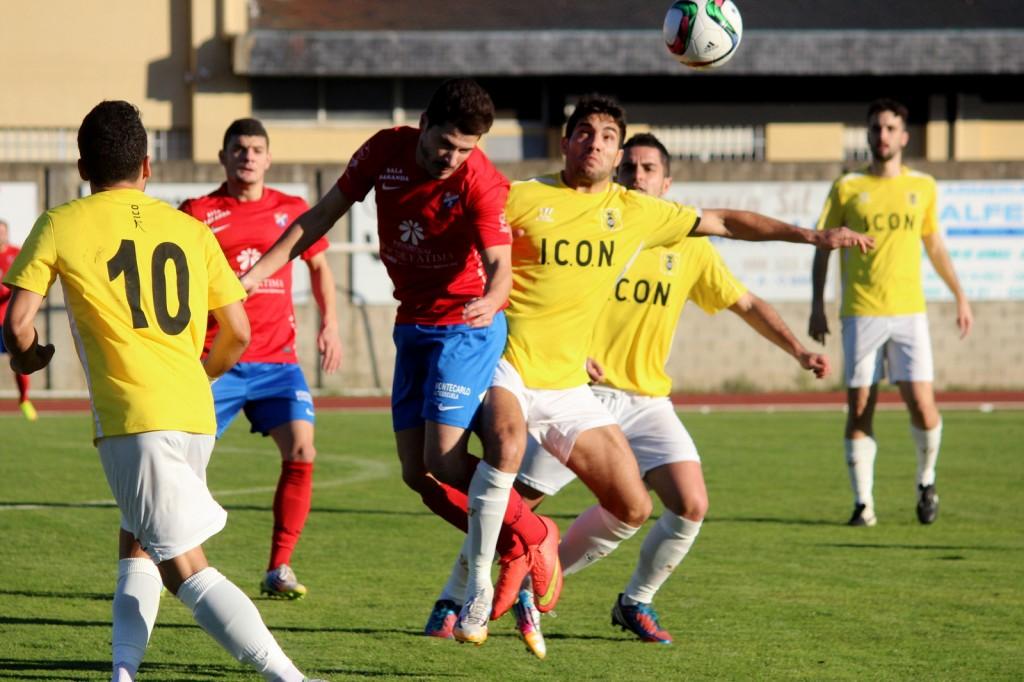 Javi Recamán lucha con un jugador del Choco por el balón