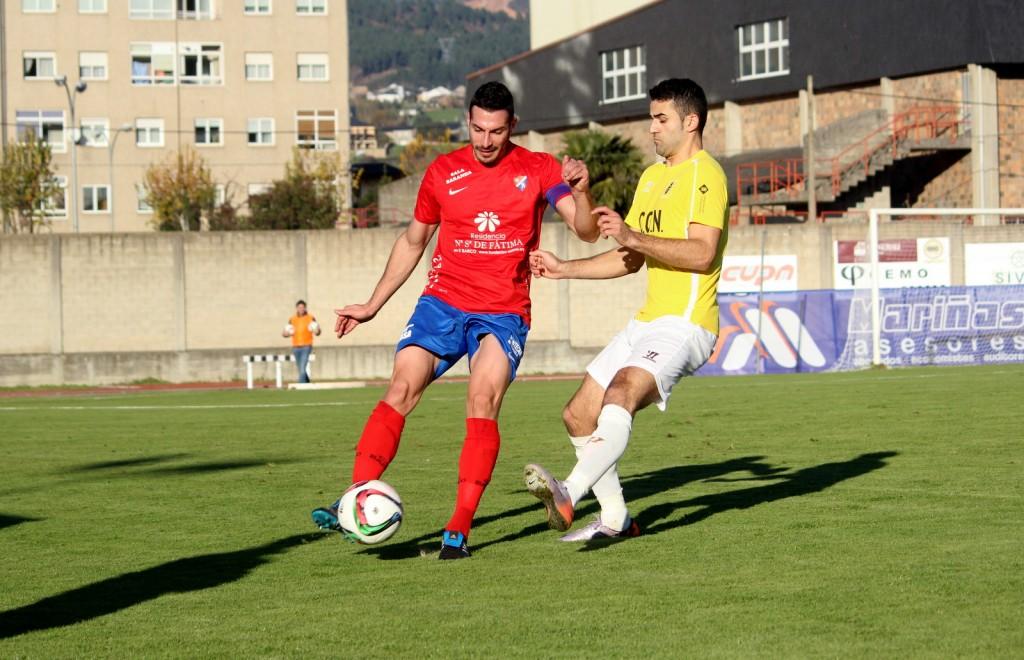 Omar Navarro es presionado por un jugador visitante