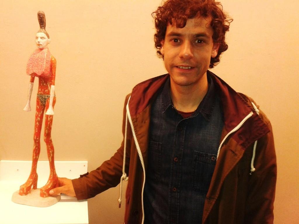 Ivan Prieto con una de sus esculturas en Santiago