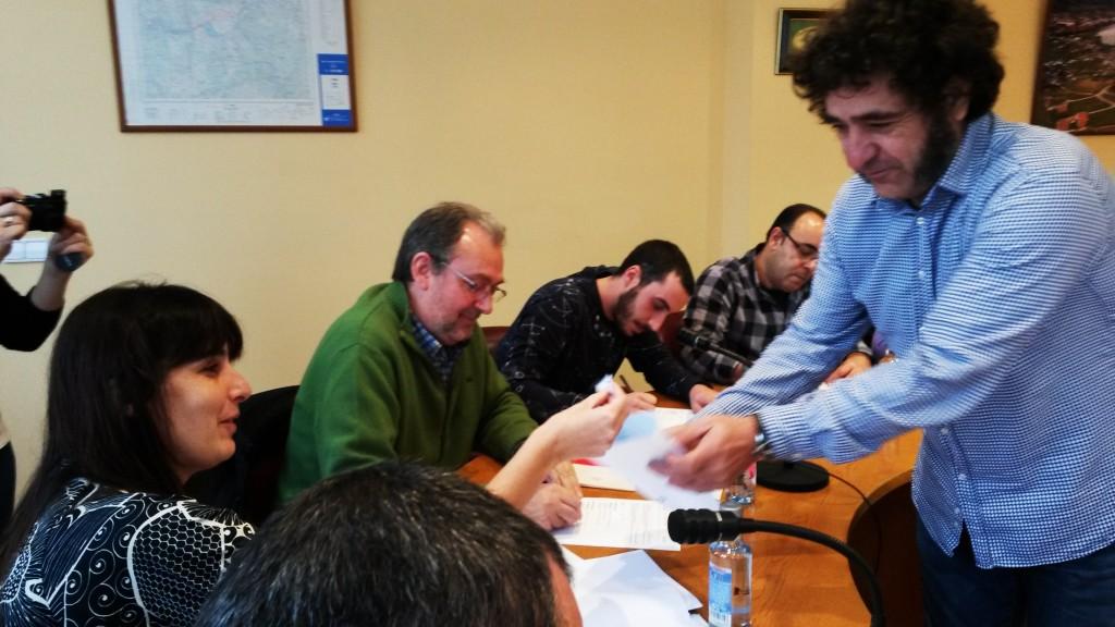La alcaldesa coge una de las papeletas en el sorteo de miembros de las mesas electorales