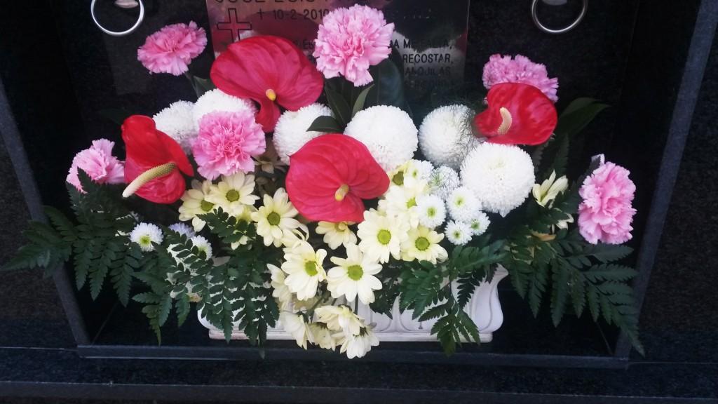 Las flores llenaron el  cementerio de O Barco