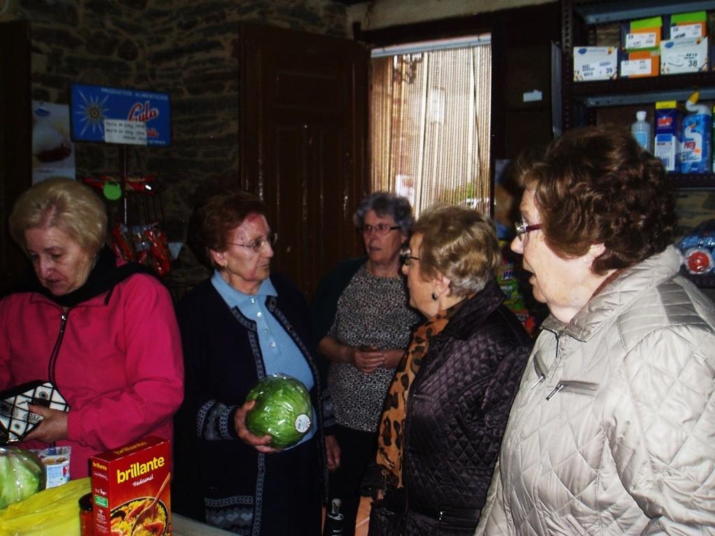 Las mujeres de A Rua Vella llenan el comercio de Fina Alvarez