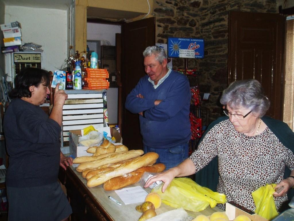 Llega el panadero al comercio de Fina Alvarez