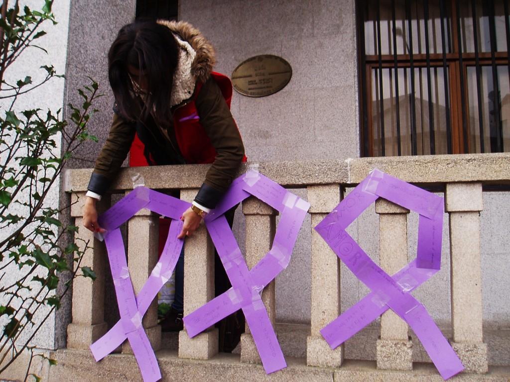 Lucía Fernández de Cruz Roja coloca los lazos