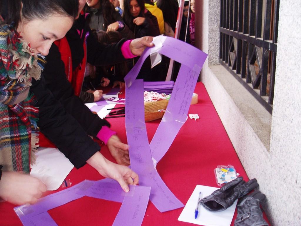 Mesa frente al Concello instalada por Cruz Roja para elaborar los lazos violetas