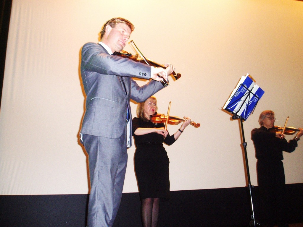 Mijail Moriatov tocando