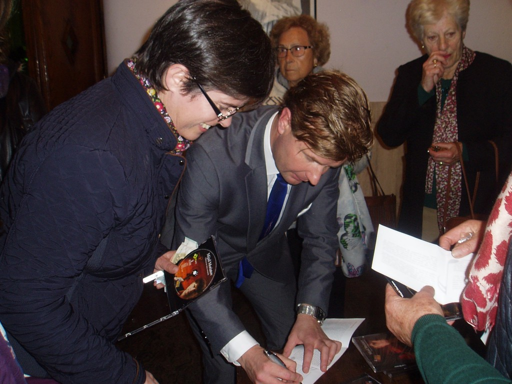Moriatov firmando CDs
