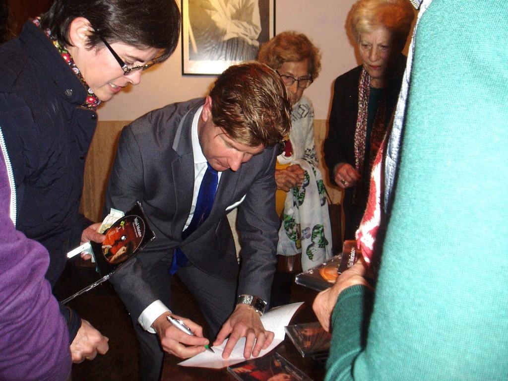 Moriatov firmando sus discos