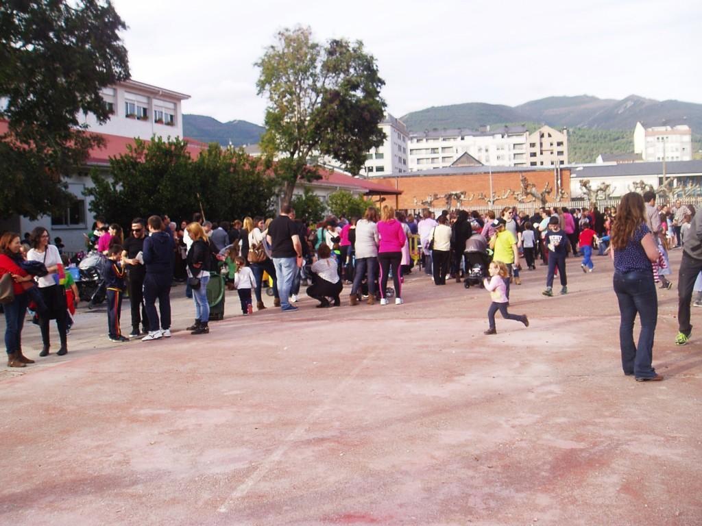 Niños, padres y profesores en el patio del Condesa Fenosa