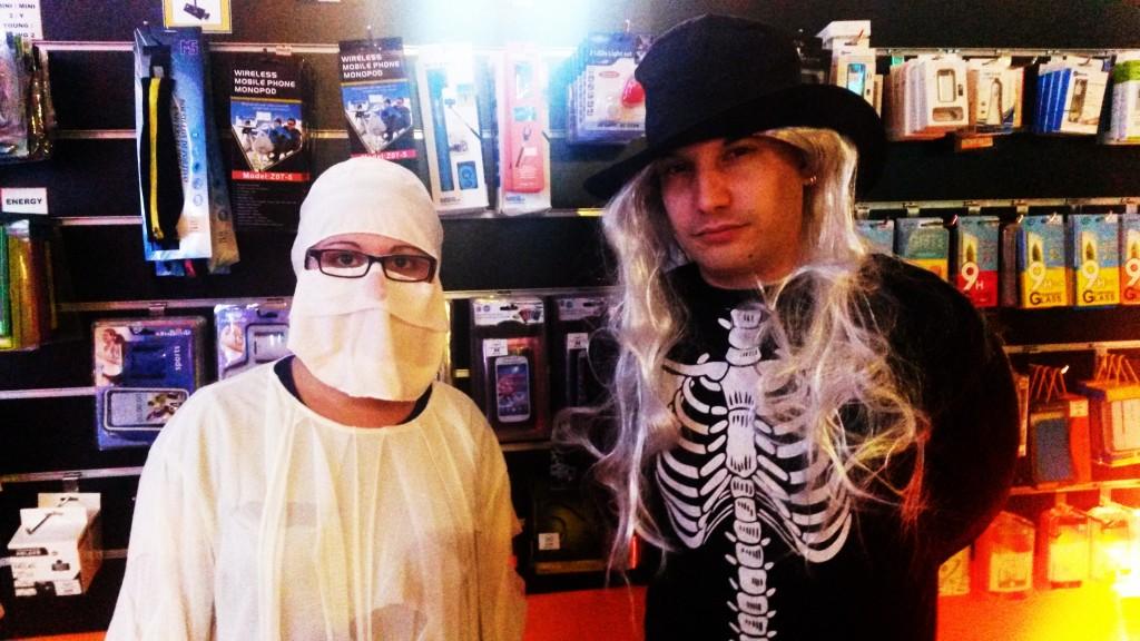 Propietario de un negocio disfrazado de esqueleto con una chica fantasma