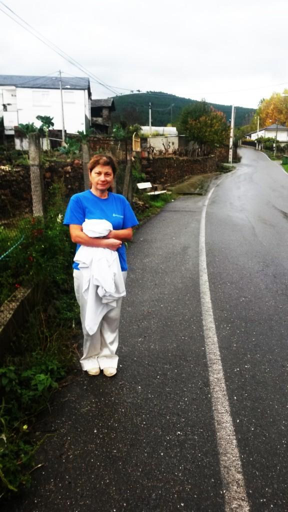 Rosa García Machado en la carretera que lleva a la bodega donde será la sesión de cuentacuentos