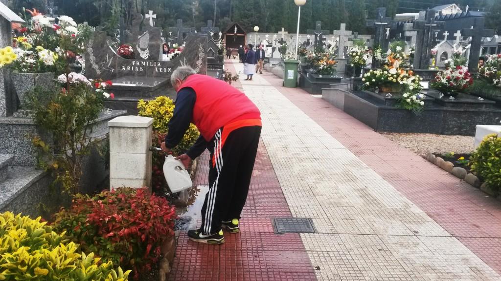 Un vecino de O Barco toma agua para las flores