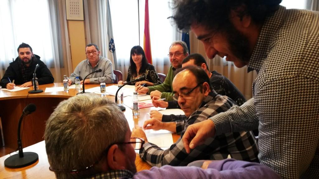 Uno de los concejales de la Corporación coge el papel del sorteo de miembros de mesas electorales