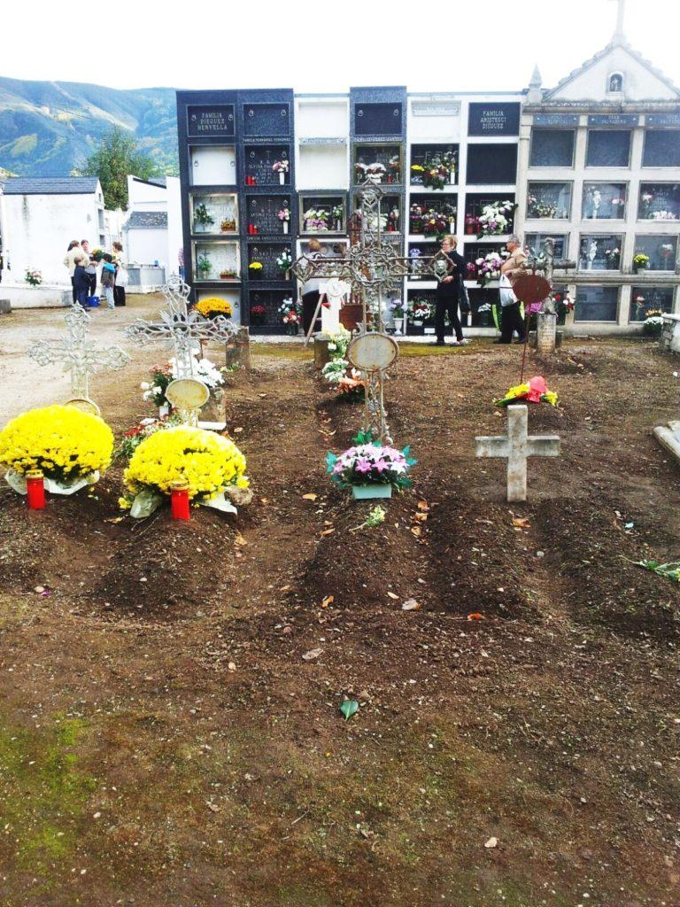 Velas y flores en el cementerio de A Rúa
