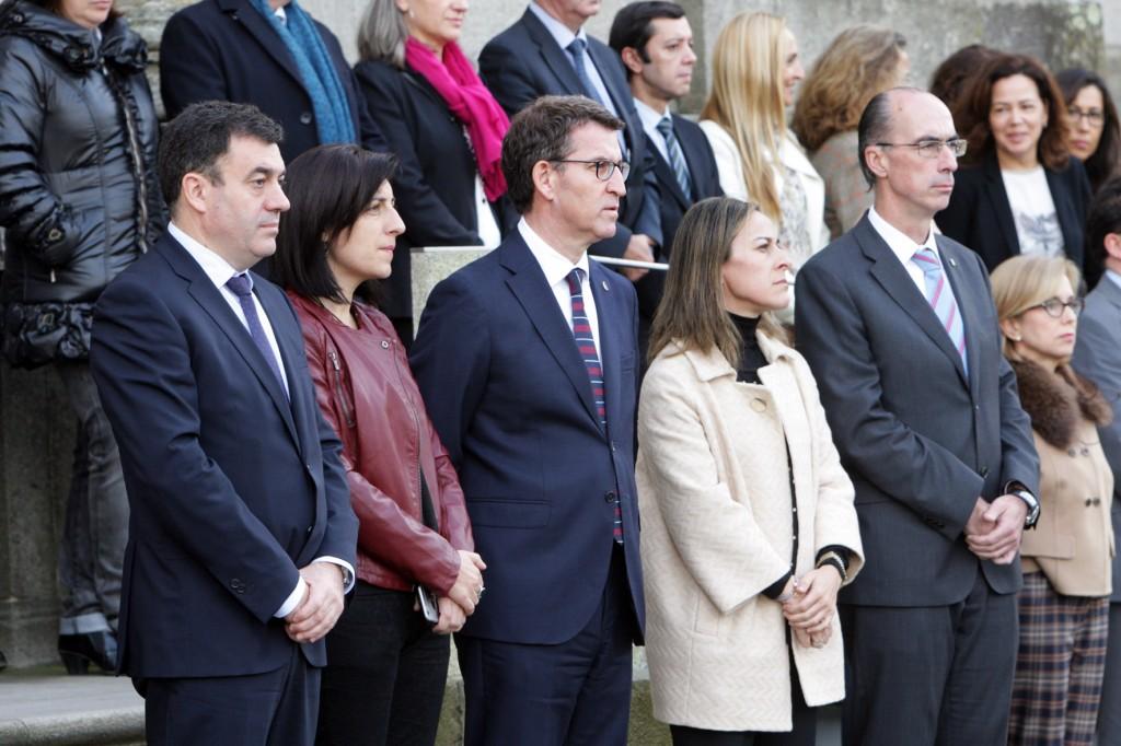 El presidente del Gobierno gallego participó en la concentración de la Xunta para guardar un minuto de silencio en memoria de las víctimas del atentado de París Autor: Conchi Paz