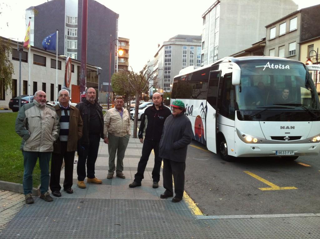 Emigrantes retornados de Valdeorras ayer a su salida desde O Barco hacia A Coruña
