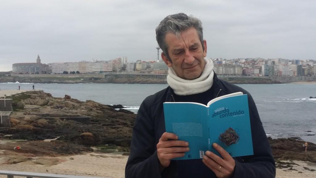 Manuel Guisande sostiene su nuevo libro 'Relatos de absurdo contenido'