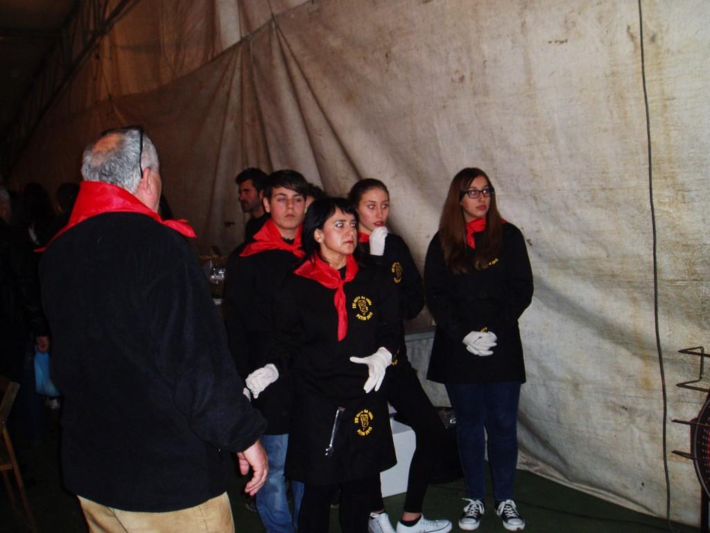 Bautista organiza a voluntarias que van a servir la carne