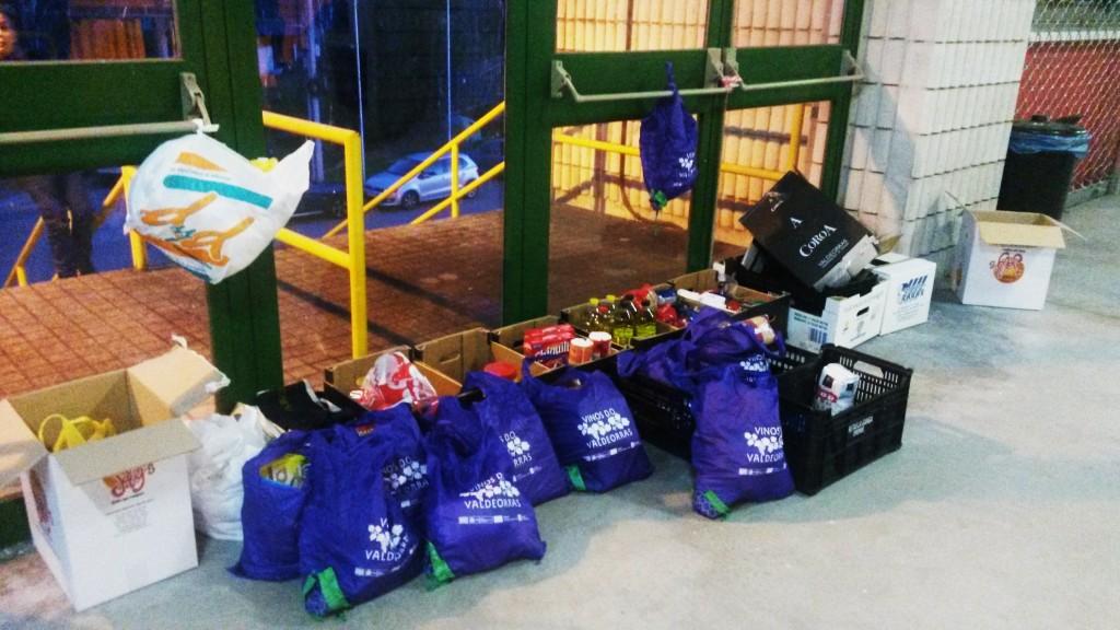 Bolsas de alimentos solidarios a la puerta del pabellón