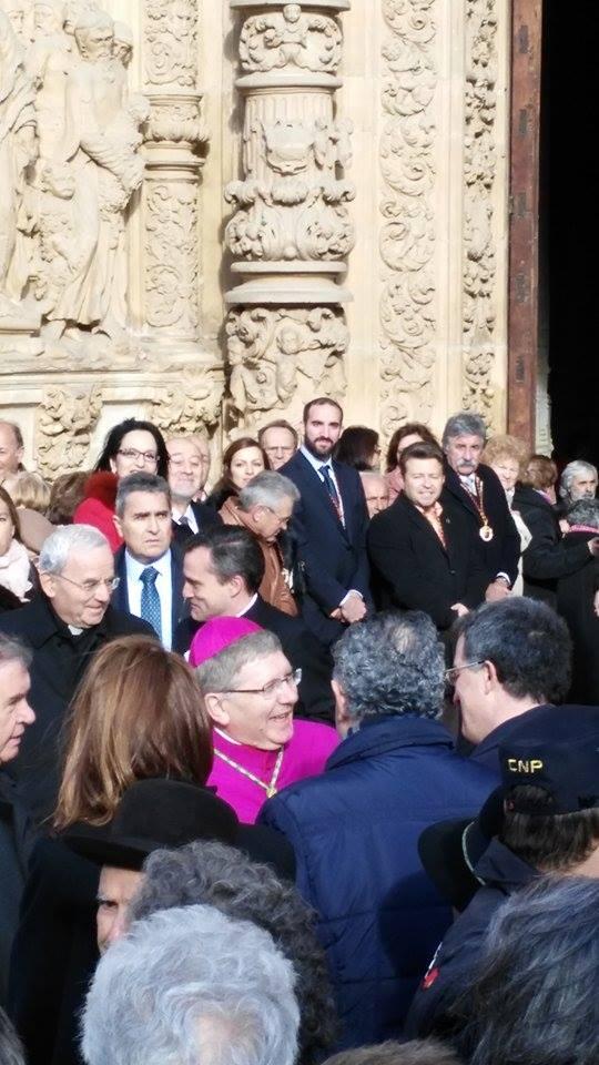El obispo rodeado por la multitud