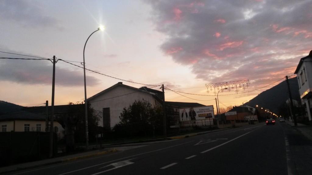 Farola con la luz microled en Campo Grande al amanecer
