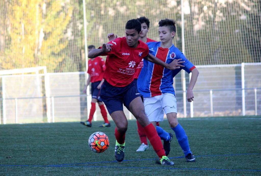 El juvenil Brais Moldes defiende el balón ante un jugador de la UD Ourense
