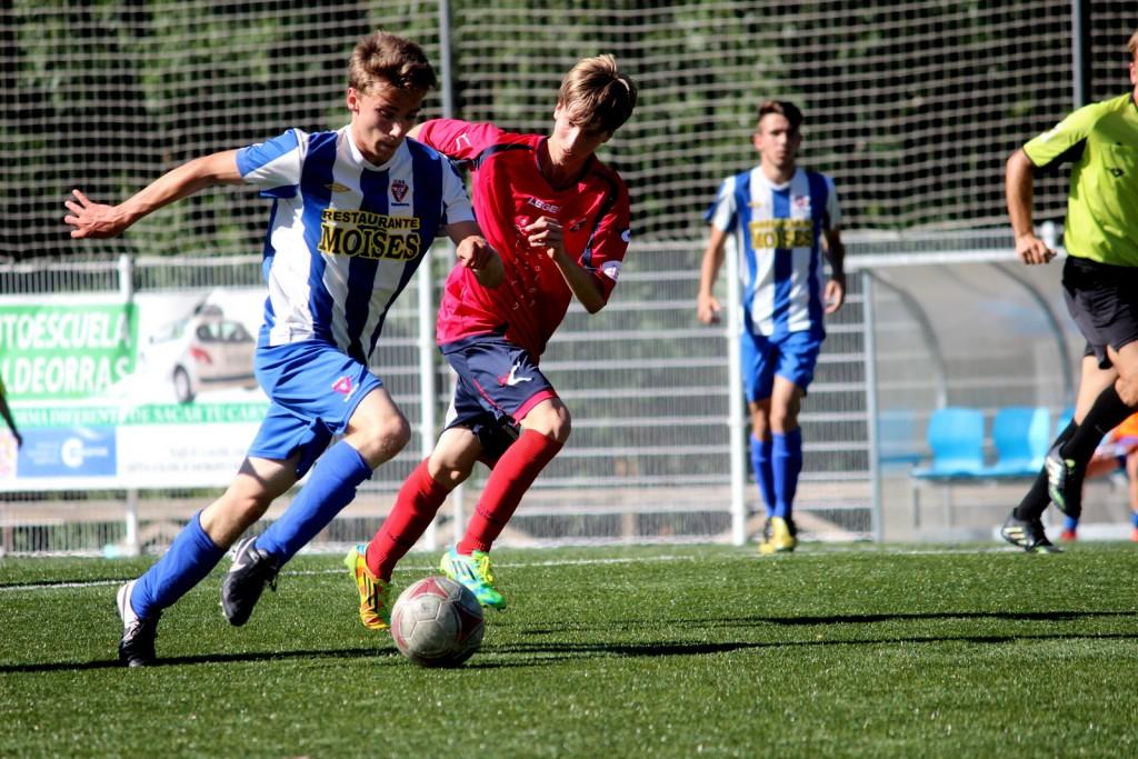 Héctor Garrido presiona a un jugador del Valladares